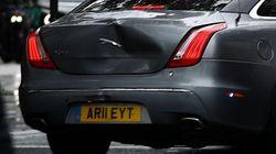 Boris Johnson sufre un accidente de tráfico después de que un manifestante se lanzase sobre su coche