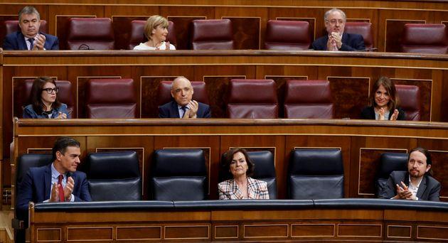 El presidente del Gobierno, Pedro Sánchez y los vicepresidentes primera y segundo, Carmen Calvo...