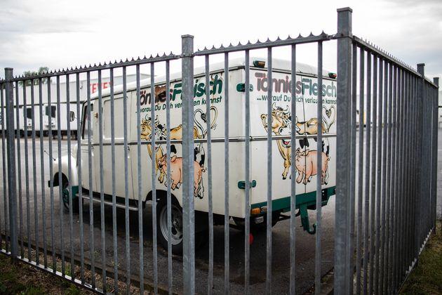 Vehículo de reparto de la empresa cárnica Tonnies, afectada por un brote masivo de