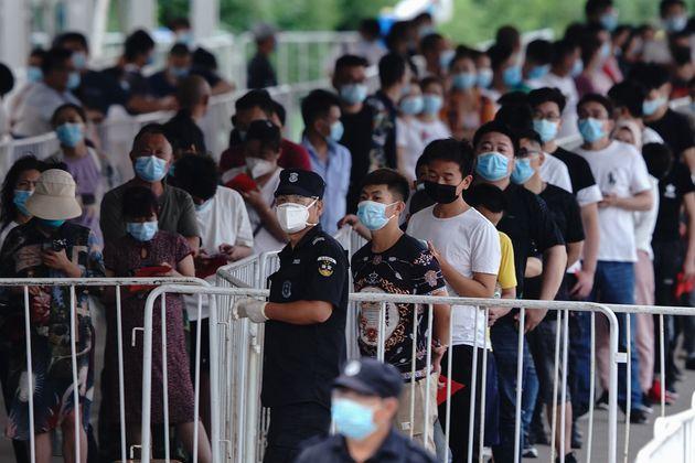 Un gran número de ciudadanos hacen cola para someterse a test del coronavirus en