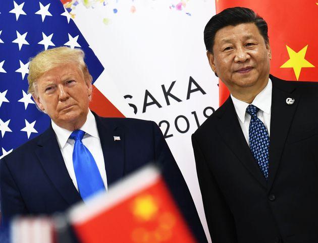大阪市で開かれた米中首脳会談を前に撮影に応じるトランプ大統領(左)と習近平国家主席。(2019年6月)