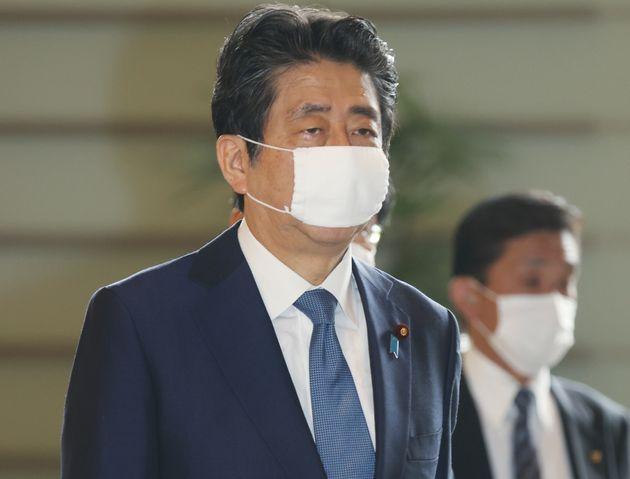 首相官邸に入る安倍晋三首相=6月18日、東京・永田町