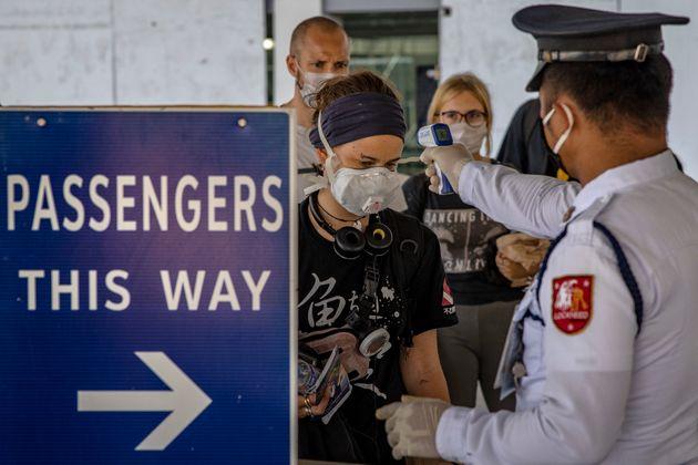 Ciudadanos británicos salen de Manila (Filipinas) en un vuelo a Londres el 7 de