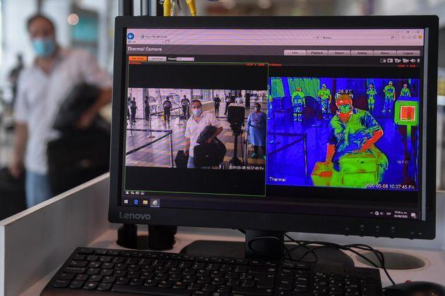 Una cámara termográfica controla la temperatura para identificar a personas con postibles...