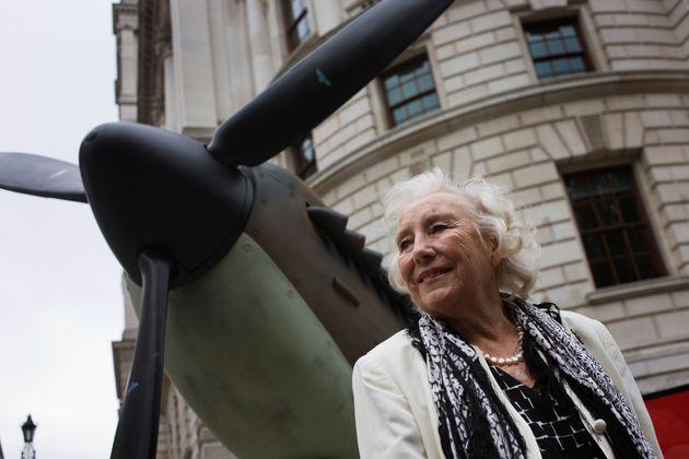 Πέθανε η Βέρα Λιν, η τραγουδίστρια που εμψύχωνε τους Βρετανούς στον Β' Παγκόσμιο