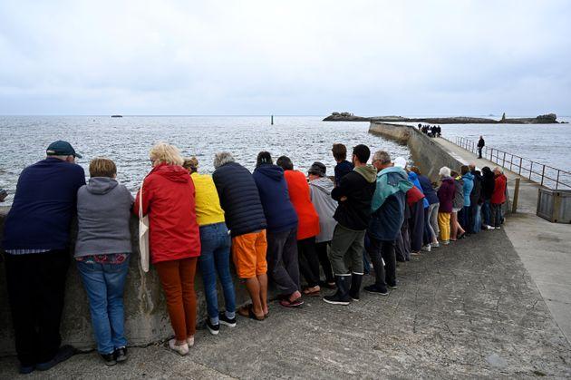 Des habitants de l'Île de Sein ont ostensiblement tourné le dos à Marine Le Pen lors de son