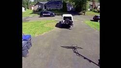 Gioca davanti casa e vede un auto della polizia: bimbo afroamericano si nasconde
