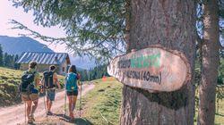 A piedi nudi nei parchi del Trentino fra percorsi Kneipp, saluti al sole e sfide