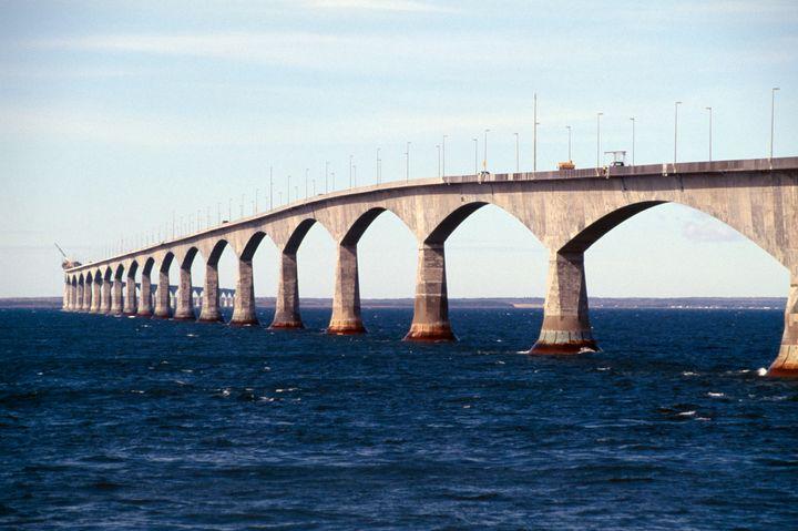 Le pont de la Confédération qui reliel'île-du-Prince-Édouard et le Nouveau-Brunswick.