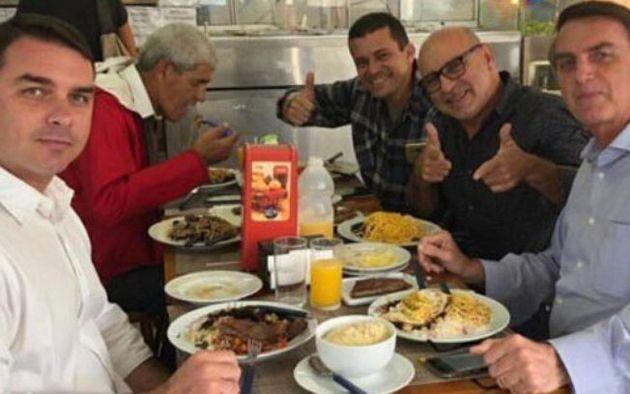 Ex-assessor de Flávio Bolsonaro, Queiroz (de óculos) foi preso na manhã desta quinta-feira