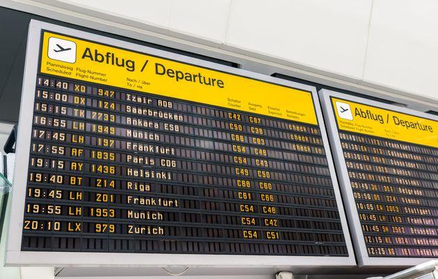 Un panel con información sobre los vuelos en Berlín