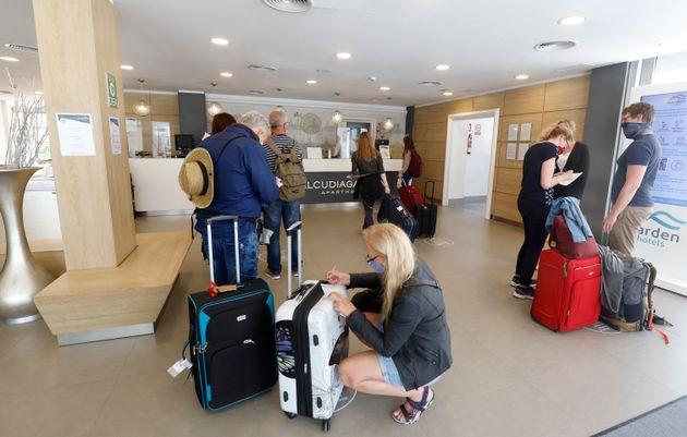 Un grupo de turistas alemanes llega al hotel Alcudia Garden en Alcudia