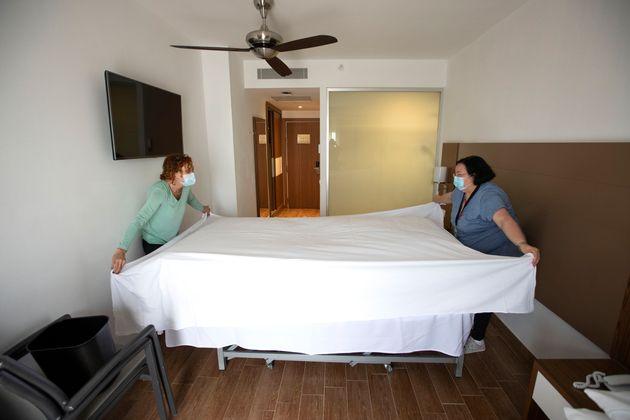 Dos empleadas preparan una habitación en el RIU Bravo Hotel en Palma (Islas