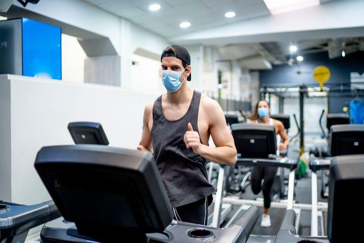 Un hombre hace ejercicio.
