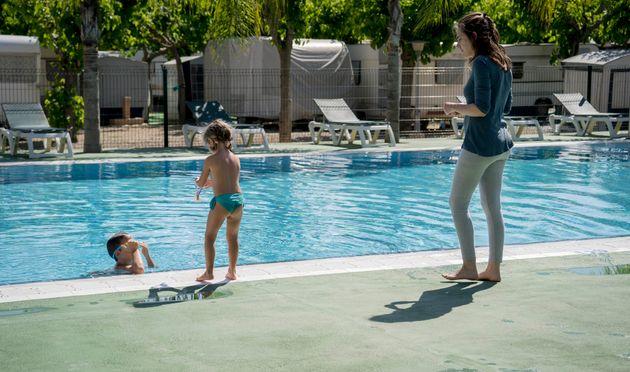 Unos niños juegan en una piscina en