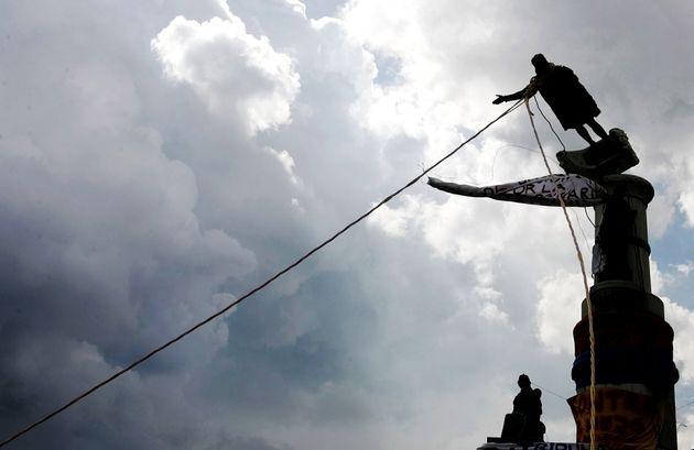Imagen de archivo del derribo de una estatua de Cristóbal Colón en 2004, en