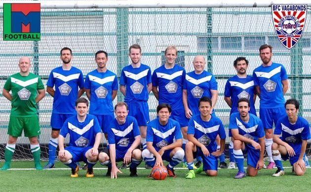 ヤセルさんが所属するチーム(前列右から2番目)