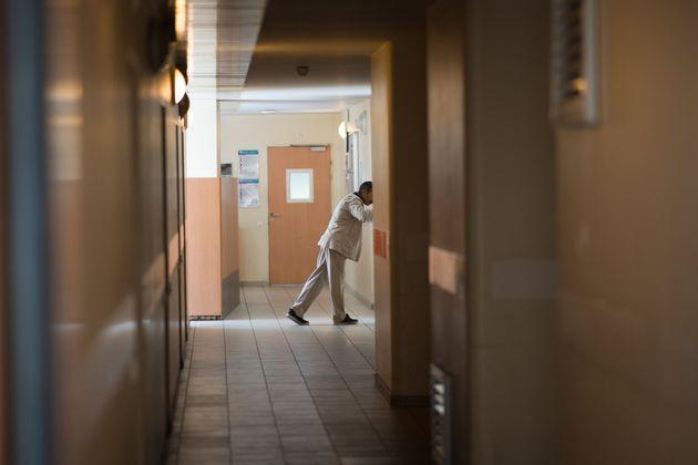 Un patient dans un hôpital psychiatrique de Bondy (Seine-Saint-Denis), le 7 mai