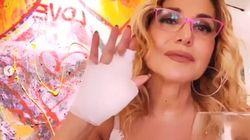 Barbara D'Urso con la mano destra fasciata: