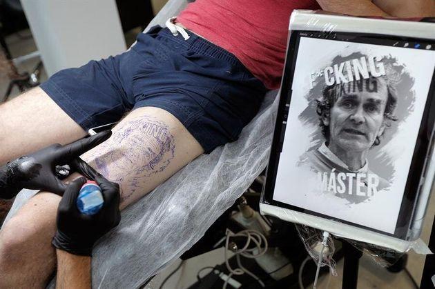 Un joven se tatúa la cara de Fernando