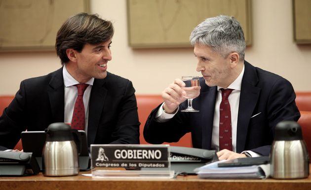 Pablo Montesinos, junto al ministro de Interior, Fernando Grande-Marlaska, en una comisión