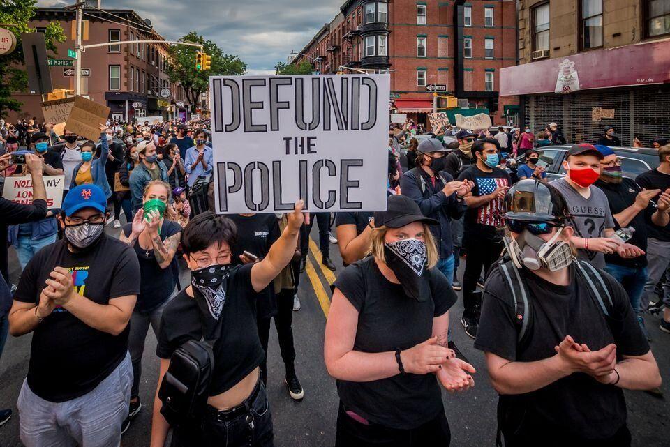 Protesto a favor do corte de verba para a polícia dos Estados Unidos no início de