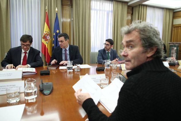 Fernando Simón, junto al presidente, Pedro Sánchez, y el ministro de Sanidad, Salvador...