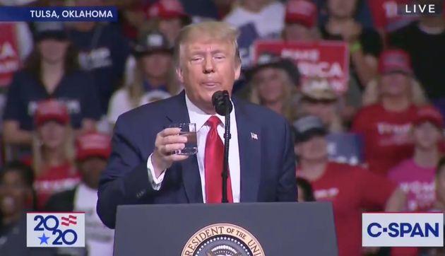 À Tulsa, Trump passe 10 minutes à prouver qu'il sait marcher et boire de