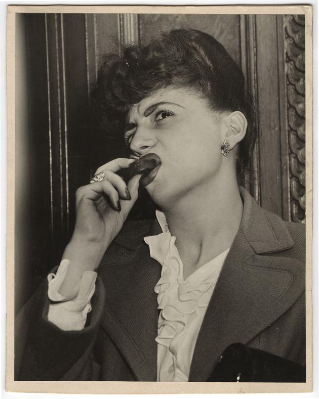 1944年に撮影された、エスキモー・パイを食べる女性