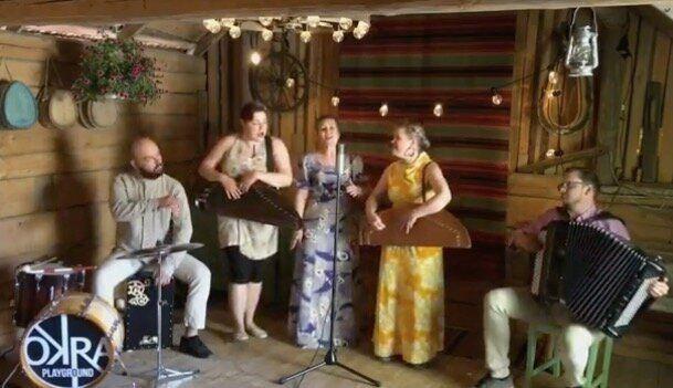 夏至の音楽祭で演奏するアーティストたち。