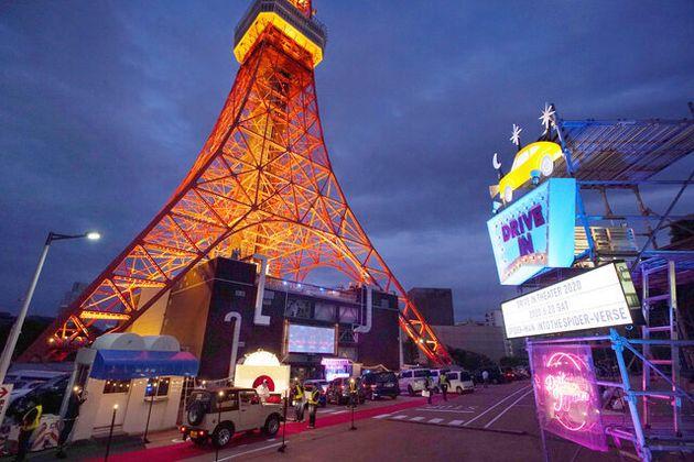 東京タワーの駐車場で開かれた「ドライブインシアター」=2020年6月20日午後7時17分、東京都港区、瀬戸口翼撮影