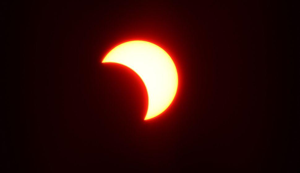서울 여의도한강시민공원에서 바라본 태양이 달에 의해 가려져 있다.