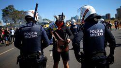 Polícia faz cordão de isolamento para separar protestos pró e contra Bolsonaro em