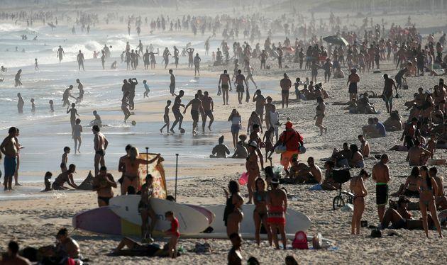 No Rio, praias encheram neste domingo, em meio à curva crescente de casos e