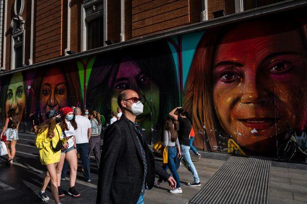 Varias personas caminan por la Gran Vía de Madrid (Marcos del Mazo/LightRocket via Getty