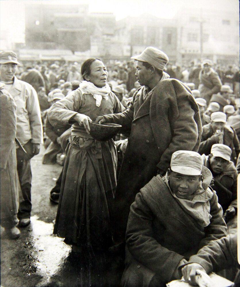 1950년 12월 18일 입대 직전의 신병이 대구역에서 열차에 오르기 직전 어머니와 작별인사를 나누고 있는 모습. 2018년 6월 22일