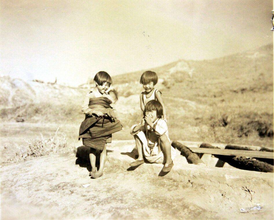 1950년 10월 31일 미군 점령하의 원산 인근에서 촬영된 사진으로, 부대 인근 마을에 살던 아이들이 노는 모습. 2018년 6월 22일