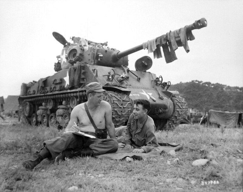 1950년 8월 15일 미군 병사 2명이 전차에 널어둔 빨래가 마르는 동안 휴식을 취하며 고국에 보낼 편지를 쓰는 모습. 2020년 6월 22일