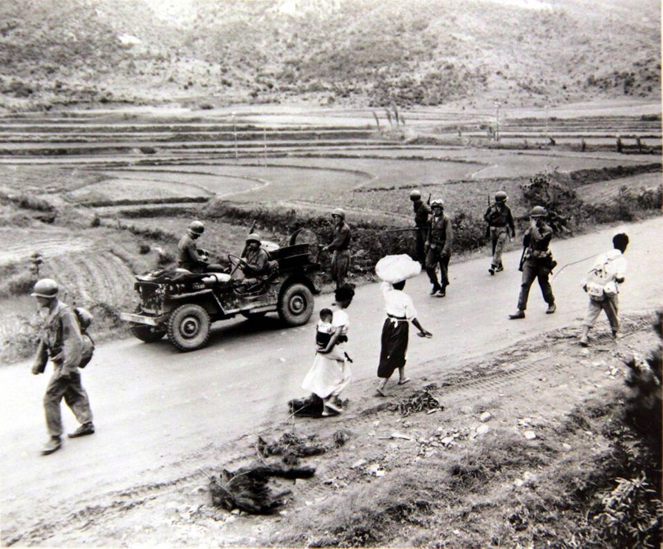 1950년 7월 7일 전선으로 향하는 군인의 행렬과 전선을 피해 피난을 떠나는 피난민의 행렬이 서로 엇갈리는 모습. 2018년 6월 22일