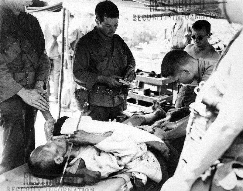 1950년 8월 3일 1950년 한국인 치료하는 미군 병사 모습. 2020년 6월 22일