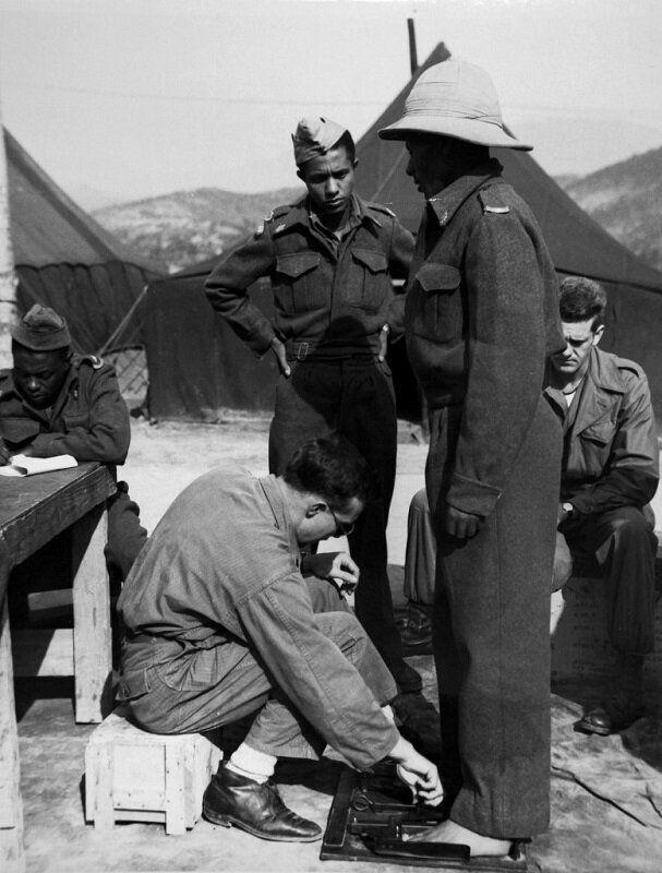 1951년 3월 군화 맞추는 에티오피아군 병사. 2020년 6월 22일