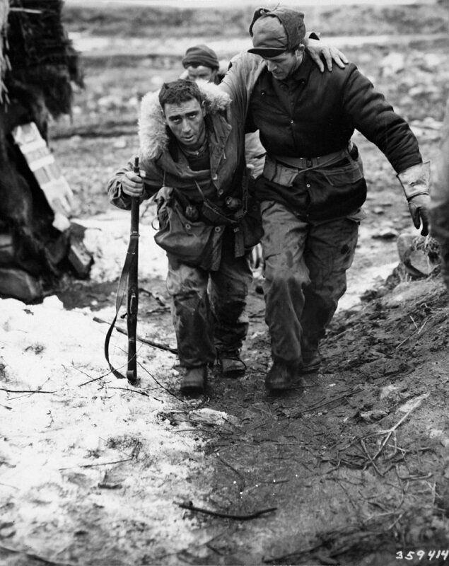 1951년 2월 23일 부축 받는 캐나다군 병사 모습. 2020년 6월 22일