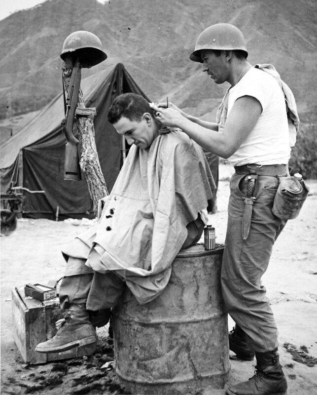 1951년 전투 중 휴식시간을 이용해 이발하는 콜롬비아군 병사. 콜롬비아는 육군 병력 1개 대대와 해군 병력을 파병했다. 2020년 6월 22일