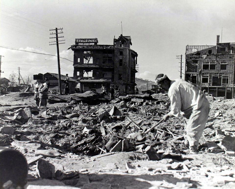1950년 11월 8일 원산에서 한 남성이 폭격으로 잿더미가 된 자신의 집터에서 쓸만한 물건을 찾고 있다. 이곳은 원산 시내로, 원산은 공산군의 산업 중심지이자 주요 항구였기 때문에...