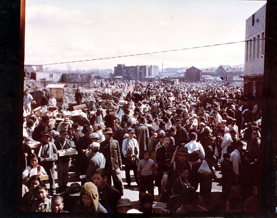 1951년 3월 19일 서울이 수복된 후 북적이는 시장. 2018년 6월 22일