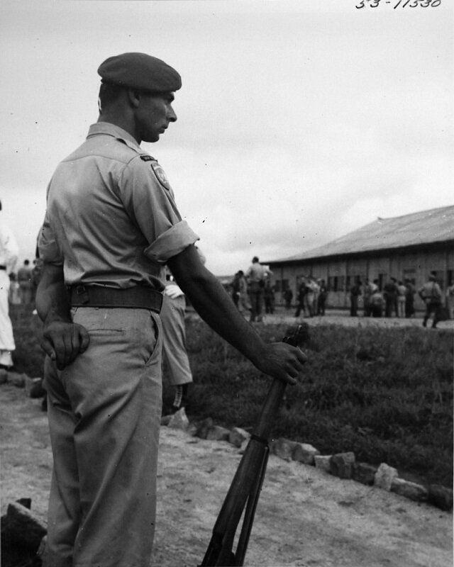 1950년 12월 13일 네덜란드군 병사가 휴전협정 조인식장 앞에 서 있는 모습. 네덜란드는 6·25전쟁에 육군 1개 대대를 파병했다. 2020년 6월 22일