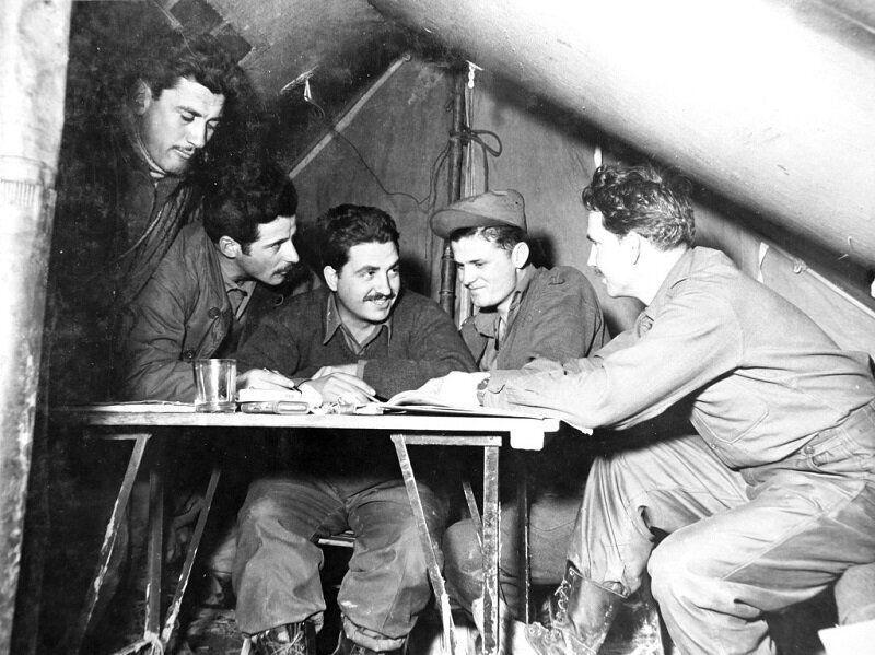 1951년 1월 9일 작전 논의하는 그리스군 장교 모습. 2020년 6월 22일