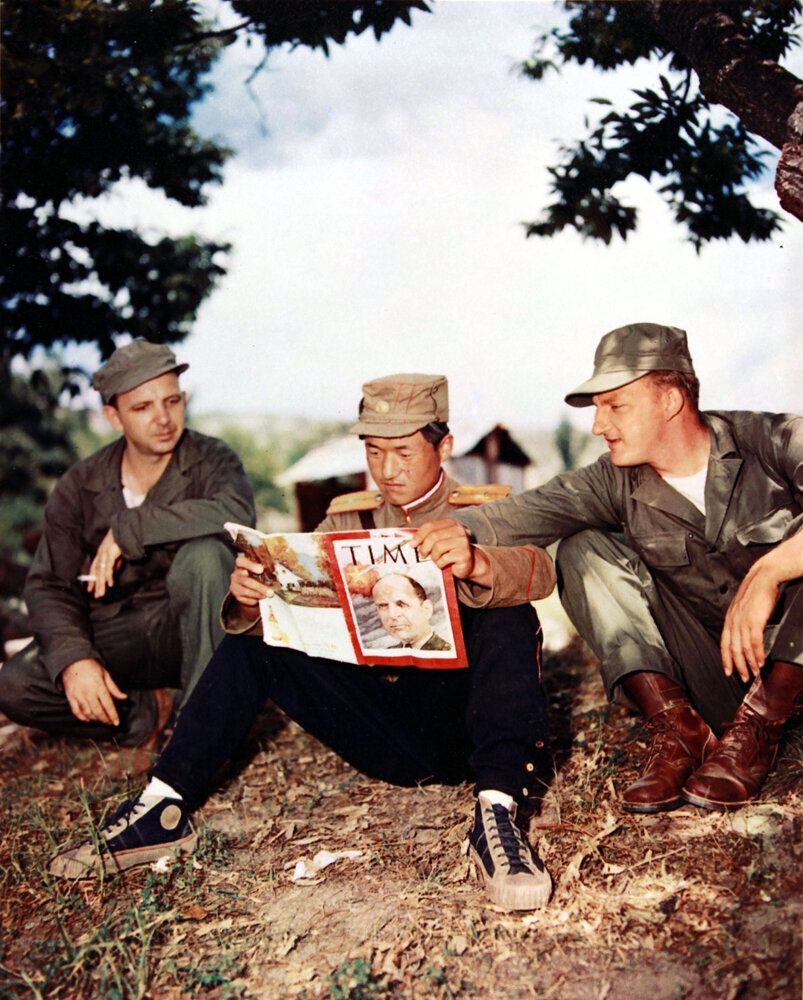 1951년 7월 8일 개성에서 휴전회담이 이뤄지는 와중에 북한군 병사와 미군 병사가 함께 '타임(Time)'지를 읽고 있는 모습. 사진 속 '타임'지는 1951년 6월 16일자로,...