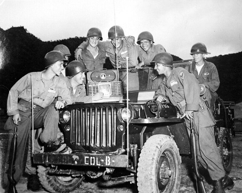 1953년 7월 27일 라디오를 통해 휴전협정 조인 소식을 들은 콜롬비아군 병사들이 기뻐하는 모습. 2020년 6월 22일