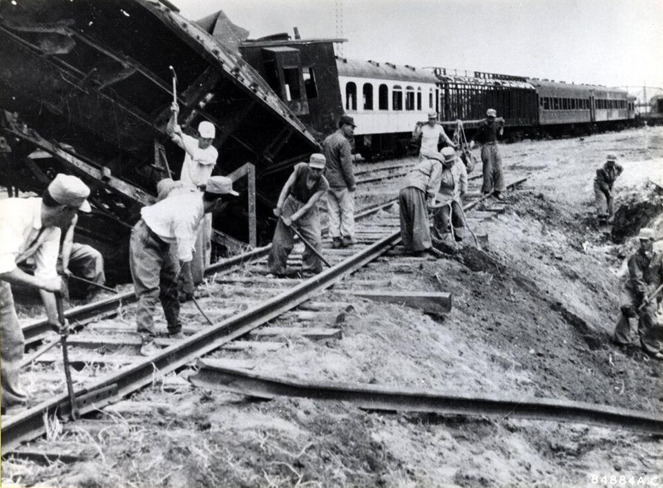 1954년 4월 27일 북한에서 촬영된 것으로 전쟁으로 파괴된 철로를 복구하는 모습. 2018년 6월 22일